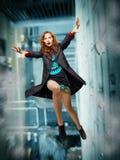 Flicka som ner faller från taket Fotografering för Bildbyråer