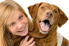 Flicka som omfamnar hennes hund Fotografering för Bildbyråer