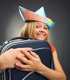 Flicka som omfamnar resväskan Royaltyfri Fotografi