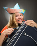 Flicka som omfamnar resväskan arkivbild