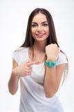 Flicka som pekar fingret på hennes klocka Fotografering för Bildbyråer