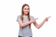 Flicka som pekas på sida på advertizing arkivbilder