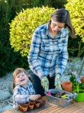 Flicka som planterar blommakulor Royaltyfri Fotografi