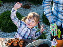 Flicka som planterar blommakulor Arkivbilder