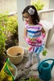 Flicka som planterar blommor Arkivbild