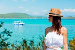 Flicka som poserar i en hatt nära ett fartyg i havet arkivfoton