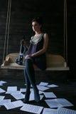 Flicka som poserar i ett mörkt rum Arkivfoton