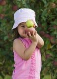Flicka som poserar med äpplen Royaltyfria Foton