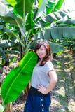 Flicka som poserar med bananträd Arkivfoton