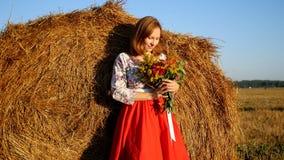 Flicka som poserar med buketten av blommor Arkivbilder