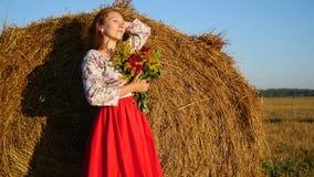 Flicka som poserar med buketten av blommor Fotografering för Bildbyråer