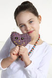 Flicka som poserar med den handgjorda toyen Royaltyfri Bild