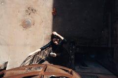 Flicka som poserar på en spiraltrappuppgång royaltyfri fotografi