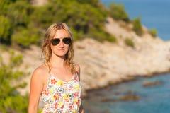 Flicka som poserar på havet Arkivfoto