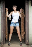 Flicka som poserar på ingången till Sallon ett wild västra. arkivfoton