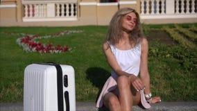 Flicka som poserar på kamera på stadsgatan stock video