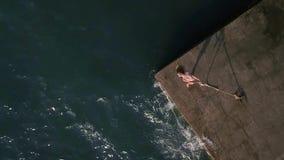 Flicka som poserar på sjösida lager videofilmer