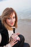Flicka som poserar på stranden Fotografering för Bildbyråer