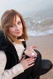 Flicka som poserar på stranden Royaltyfri Fotografi
