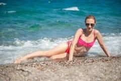 Flicka som poserar på stranden Royaltyfri Foto