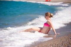 Flicka som poserar på stranden Arkivfoto