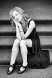 Flicka som poserar på trappan Royaltyfri Bild