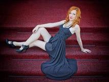 Flicka som poserar på trappan Arkivfoto