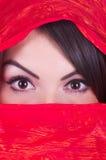 flicka som poserar röd yashmak Arkivfoton