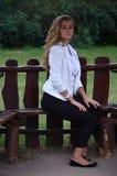 Flicka som poserar sammanträde Royaltyfri Foto