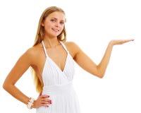 flicka som presenterar den nätt produkten Arkivfoto