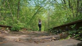 Flicka som promenerar de gamla st?ngerna lager videofilmer
