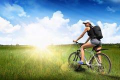 Flicka som rider en cykel Fotografering för Bildbyråer