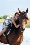 Flicka som rider en häst royaltyfri fotografi
