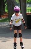 flicka som rollerblading arkivfoton