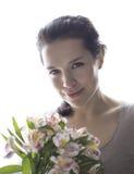 Flicka som rymmer blommorna Royaltyfri Fotografi