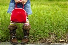Flicka som rymmer den röda handväskan Royaltyfria Foton