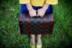 Flicka som rymmer den retro tappningresväskan, loppbegrepp, ändring och flyttningbegrepp Arkivbilder