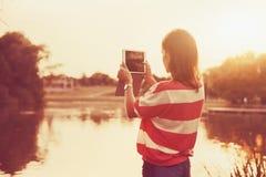 Flicka som rymmer digital minnestavlaPC Royaltyfria Foton