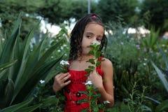 Flicka som rymmer en blomma Arkivbilder