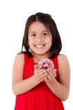 Flicka som rymmer en christmassprydnad Royaltyfria Bilder