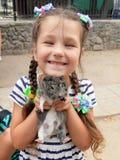 flicka som rymmer en försökskanin royaltyfri fotografi