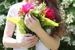 Flicka som rymmer en härlig bukett av blommor Royaltyfria Bilder