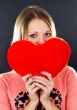 Flicka som rymmer en hjärta Arkivbilder