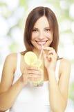 Flicka som rymmer en lemonade Arkivbilder