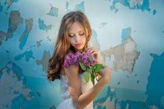 Flicka som rymmer en lila filial Arkivbilder
