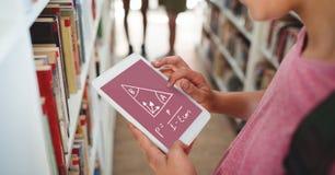 Flicka som rymmer en minnestavla med skolasymboler på skärmen Arkivfoto