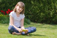 flicka som rymmer en smartphone royaltyfri foto