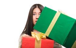 Flicka som rymmer en stor ask av gåvan Arkivfoto