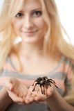 Flicka som rymmer en stor spindel på henne händer Royaltyfria Bilder