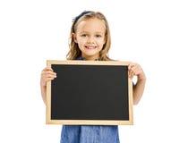 Flicka som rymmer en svart tavla Royaltyfri Foto